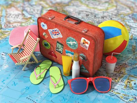 Travel concept. Zomer hoed, schoenen, bal, zonnebrandcrème, zonnebril en vintage koffer op het wazig wereldkaart. Weekend en feestdagen.