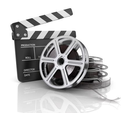 Clap cine y rollo de película, sobre fondo blanco.