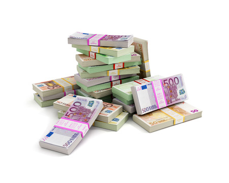 白い背景に分離されたユーロのお金スタック