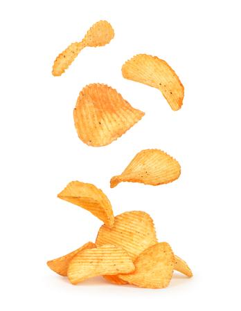 papas: papas fritas en el aire sobre un fondo blanco aislado Foto de archivo