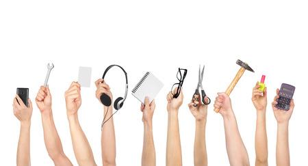 objet: Mains tenant divers objets isolés sur fond blanc