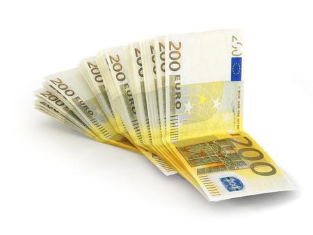 billets euros: Pile de 200 billets en euros isolé sur blanc