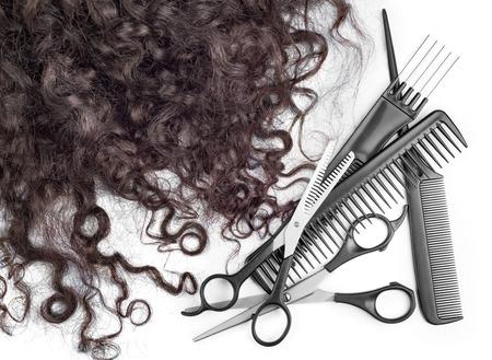 tijeras: pelo con tijeras en cerca aisladas sobre fondo blanco Foto de archivo