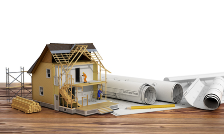 Concept van de bouw. 3D render van een huis in de bouw van proces met bouwers op blauwdruk en hout achtergrond. We zien bestanddelen van het dak frame en isolatielaag.