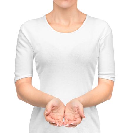 meisje in witte t-shirt met open handen geïsoleerd op een witte achtergrond