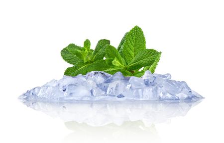 cubetti di ghiaccio: Ghiaccio con la menta isolato su bianco