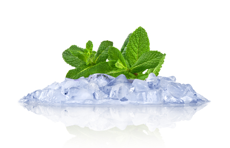 cubos de hielo: Ice with mint isolated on white