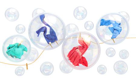 burbujas de jabon: cosas que cae en las burbujas de jabón sobre un fondo blanco concepto de lavado de limpieza y frescura