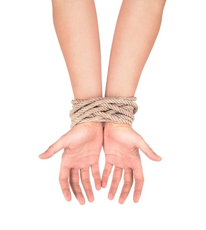 delincuencia: Las manos con una cuerda envuelta alrededor de ellos