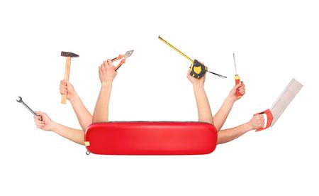 couteau suisse avec les mains qui détiennent une variété d'outils isolé sur blanc