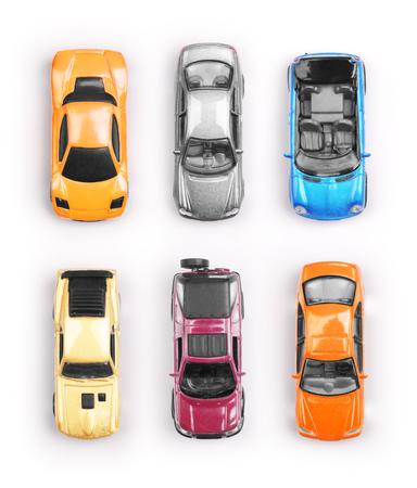 Veel multi-gekleurde speelgoed auto's op een witte achtergrond