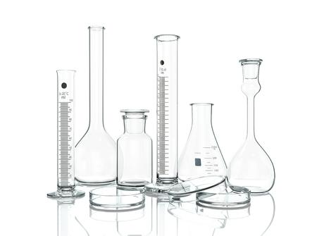 3d, ilustración. Material de vidrio de laboratorio vacío en el fondo blanco con la reflexión aislada en blanco