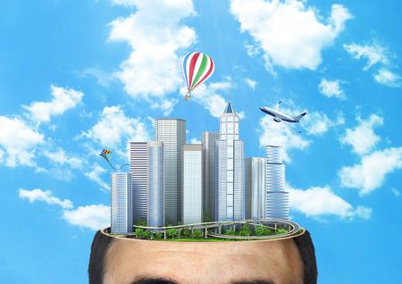snění: Koncept snění. Město do budoucna v řezu hlavy na pozadí oblohy. Koncepce plánování. Myslící.