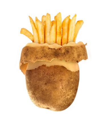 Fast-Food-Konzept Geschälte Kartoffeln und Pommes Frites, isoliert auf weiss Standard-Bild