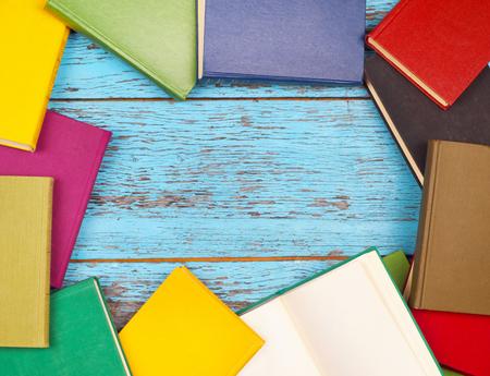 libros coloridos sobre un fondo de madera Foto de archivo