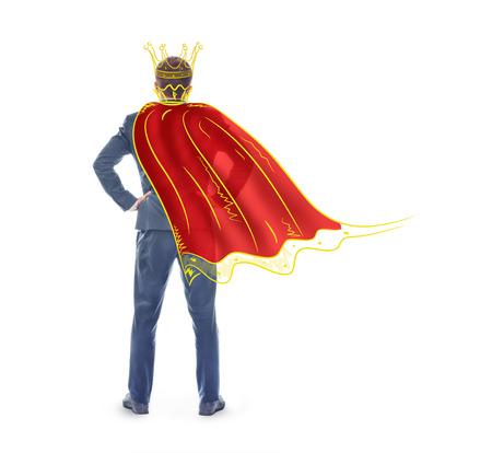 ナルシシズムのコンセプトです。架空の王冠とマントは、白い背景で隔離の男。自己中心性の概念。
