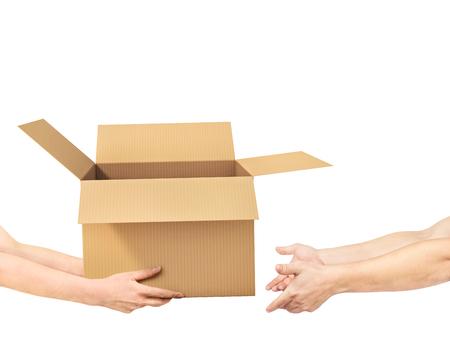 手は白い背景の他の手に空の箱を与えています。 写真素材 - 91787719
