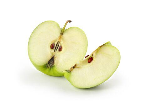 Manzanas verdes en rodajas sobre fondo blanco.