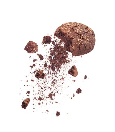 Schokoladenkekse gebrochen fallend isoliert