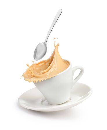 Una spruzzata di caffè con latte in una tazza.