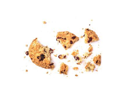 Trozos de galletas de avena sobre un fondo blanco.