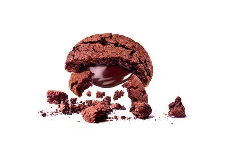 biscuits au chocolat cassé tomber isolé Banque d'images