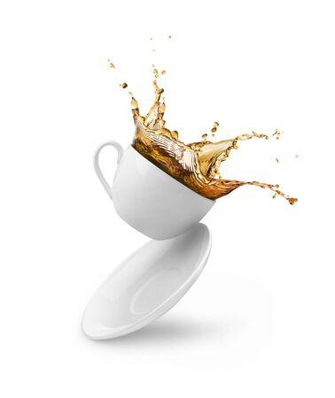éclaboussures de café dans une tasse blanche isolée Banque d'images