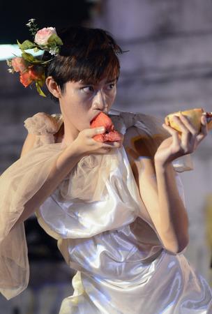 Taenzerinnen bei Einem traditionellen Tanz im Santichaiprakan Park am Mae Nam Chao Phraya in der hauptstadt von Bangkok Thailand in Suedostasien Standard-Bild - 26601169