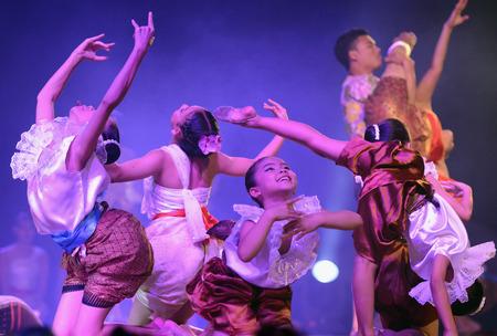 Taenzerinnen bei Einem traditionellen Tanz im Santichaiprakan Park am Mae Nam Chao Phraya in der hauptstadt von Bangkok Thailand in Suedostasien Standard-Bild - 26601291