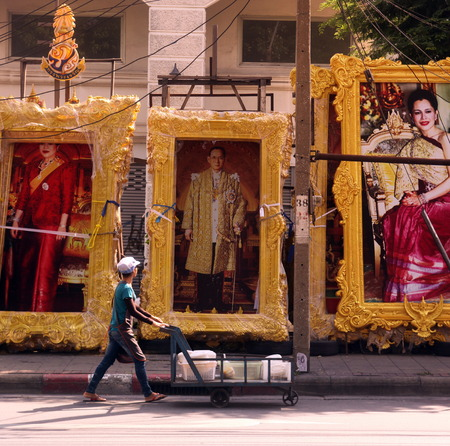 bhumibol: A picture of the Kingdom of Thailand Bhumibol Adelyadej is allgegenwertig in the capital of Bangkok