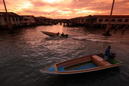 首都東南アジアのボルネオ島のブルネイ ・ ダルサラーム王国のバンダル ・ スリ ・ ブガワンの中心部に町のカンポン Ayer の高床式の家で夜タクシ