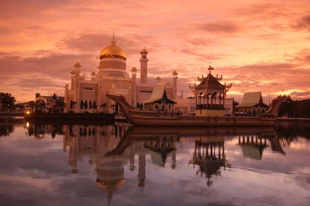 バンダル スリ ブガワン ボルネオ東南アジアにブルネイ ・ ダルサラーム国王国の首都で Omar アリ サイフディン モスク