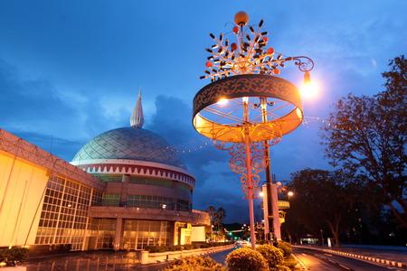 バンダル スリ ブガワン ボルネオ東南アジアにブルネイ ・ ダルサラーム国王国の首都の Bruneiim ロイヤル ハウス センターの記章の博物館 報道画像