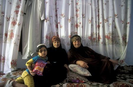 Ludzie na wsi Tesrin pomiędzy Aleppo a granicą ZOM Irak na rzece Eufrat w północnej Syrii na Bliskim Wschodzie