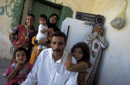 Rodzina człowiek z dwóch kobiet w wiosce Tesrin między Aleppo i granicy ZOM Irak na rzece Eufrat w północnej Syrii na Bliskim Wschodzie Publikacyjne