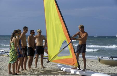 surfen: Eine Surfschule am Sandstrand bei Sousse in Zentraltuneisen in Nordafrika.