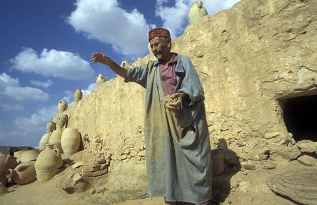 ferien: Keramik Toepfe in einer Toepferei auf der Insel Jierba im Sueden von Tunesien in Nordafrika