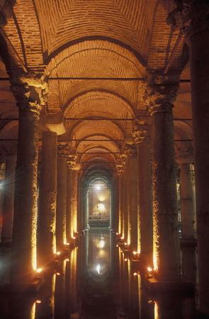 Die versunkene Basilika Zisterne in Sultanahmet in Istanbul TÜRKEI Standard-Bild - 29439870