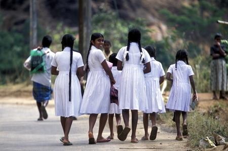 asien: Asien, Indischer Ozean, Sri Lanka, Schulmaedchen auf dem langen Weg zur Schule im Kuestendorf Hikkaduwa an der Suedwestkueste von Sri Lanka. (URS FLUEELER)        Editorial