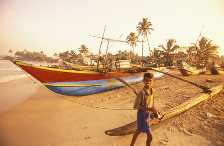 asien: Asien, Indischer Ozean, Sri Lanka, Ein traditionelles Fischerboot mit Fischern beim Kuestendorf Hikkaduwa an der Westkueste von Sri Lanka. (URS FLUEELER)