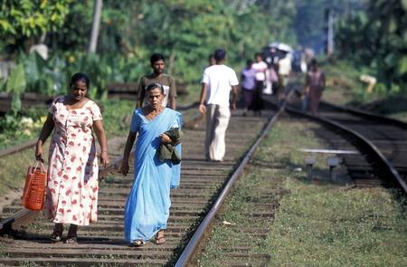 asien: Asien, Indischer Ozean, Sri Lanka, Eine Eisenbahn Schiene wird zum Fussweg gemacht, dies im Kuestendorf Hikkaduwa an der Suedwestkueste von Sri Lanka. (URS FLUEELER)