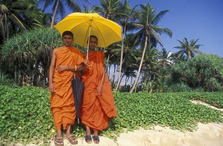 asien: Asien, Indischer Ozean, Sri Lanka, Zwei Moenche an einem Traumstrand beim Kuestendorf Hikkaduwa an der Suedwestkueste von Sri Lanka. (URS FLUEELER)