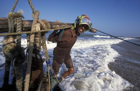 asien: Asien, Indischer Ozean, Sri Lanka, Ein traditionelles Fischerboot mit Fischern im Kuestendorf Negombo an der Westkueste von Sri Lanka. (URS FLUEELER)