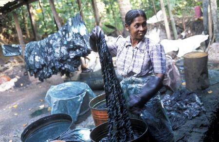 asien: Asien, Indischer Ozean, Sri Lanka, Eine Frau beim Textilien einfaerben in einer Textil Fabrik beim Kuestendorf Hikkaduwa an der Suedwestkueste von Sri Lanka. (URS FLUEELER)