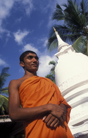 asien: Asien, Indischer Ozean, Sri Lanka, Ein Moench bei einem kleinen Tempel beim Kuestendorf Hikkaduwa an der Suedwestkueste von Sri Lanka. (URS FLUEELER)        Editorial