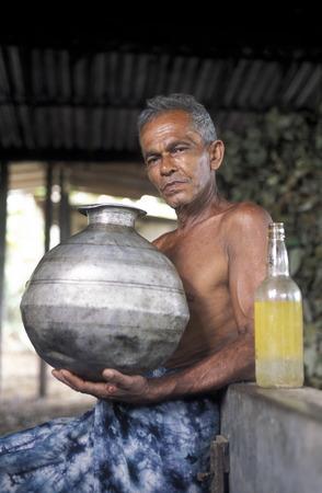 asien: Asien, Indischer Ozean, Sri Lanka, Ein Natur Oil Produzent in seinem Betrieb beim Kuestendorf Hikkaduwa an der Suedwestkueste von Sri Lanka. (URS FLUEELER)