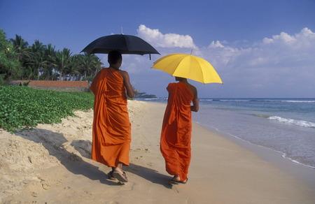 Asien, Indischer Ozean, Sri Lanka, eine Zwei Moenche Einem Traumstrand beim Kuestendorf Hikkaduwa an der Suedwestkueste von Sri Lanka. (URS FLUEELER) Standard-Bild - 29058142