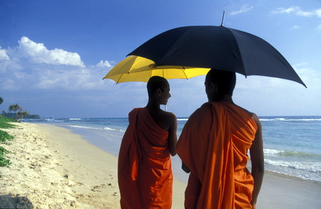 Asien, Indischer Ozean, Sri Lanka, eine Zwei Moenche Einem Traumstrand beim Kuestendorf Hikkaduwa an der Suedwestkueste von Sri Lanka. (URS FLUEELER) Standard-Bild - 29058143