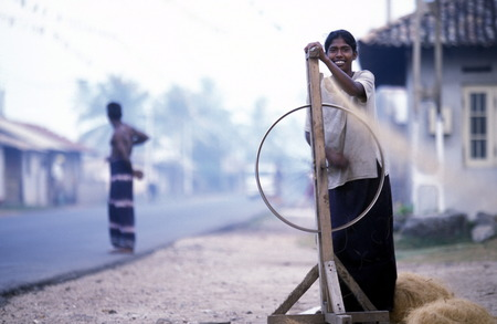 asien: Asien, Indischer Ozean, Sri Lanka, Eine Frau beim Kokos Fasern Spinnen, dies beim Kuestendorf Hikkaduwa an der Suedwestkueste von Sri Lanka. (URS FLUEELER)