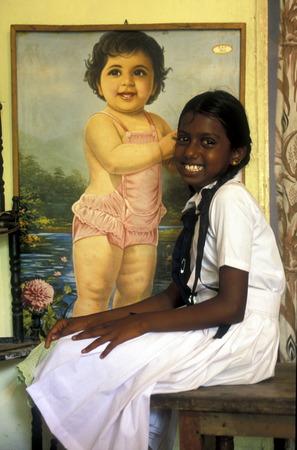 asien: Asien, Indischer Ozean, Sri Lanka, Ein Maedchen wartet vor einem Bild beim Kuestendorf Hikkaduwa an der Suedwestkueste von Sri Lanka. (URS FLUEELER)